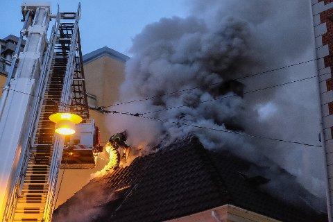 Brannvesenet jobbet lenge med å få kontroll på brannen. To hus er totalskadet i brannen.