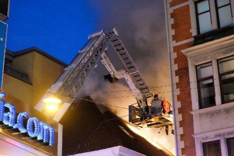 Flere beboere i det smale smauet var da innesperret av flammer og røyk, og ble hentet ut med lift.