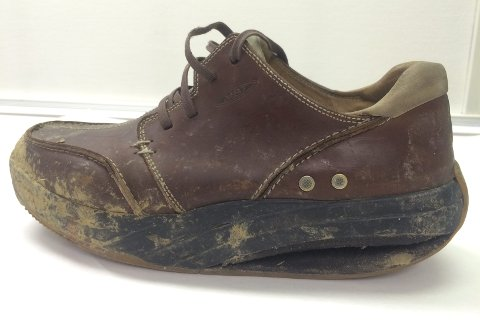 Politiet har tatt beslag i den venstre skoen til Osen, som er av merket MBT. Nå vil de ha hjelp til å finne den andre.