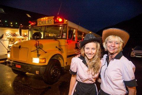 Fredag kom den importerte amerikanske skulebussen til Er-an Veikro Linda Andresen med datteren Hanne Catrin viser stolt fram den nye investeringen.