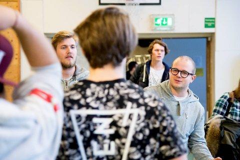 Øving til neste års teaterstykke på Fana skoleteater.Jacob Mæhle (t.v.) og Erik Skutle er instruktører