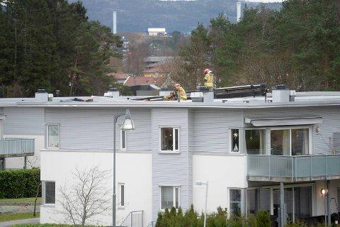 Brannvesenet gikk opp på taket og begynte sikringsarbeid.
