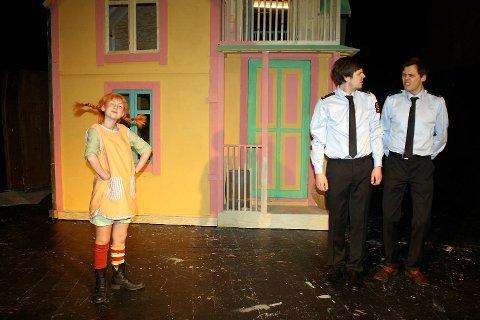 Fra oppsetningen «Pippi Langstrømpe» på Fyllingsdalen Teater. Mariell Christensen (16) som Pippi, Even Johannessen til venstre og teatersjef Jørn Kvist til høyre.