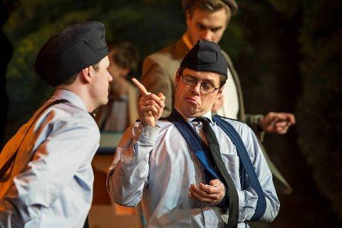 Even Johannessen og teatersjef Jørn Kvist var en komisk politiduo. Og Kvist fikk det til å se naturlig ut at klossete Kling hadde armen i fatle.