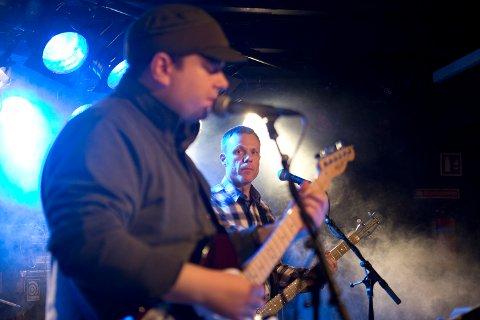 På scenen og under øving inntar musikkterapeut Øystein Lydvo rollen som et helt vanlig bandmedlem.