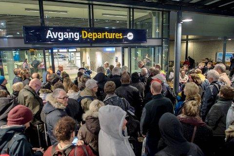 Flesland ble evakuert etter at det ble fremsatt en bombetrussel mot et Widerøe-fly tirsdag kveld. En kvinne (18) er siktet i saken.