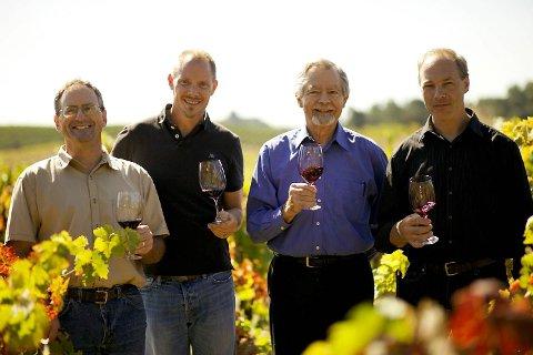 Den harde kjerne som styrer Ridge Vineyards i Nord-California; fra venstre visepresident David Gates, vinmaker John Olney, sjefen selv, Paul Draper og vinmaker Eric Baugher.
