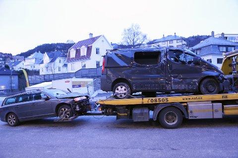 Varebilen på lasteplanet kjørte med tilhenger da den frontkolliderte med bilen som henger bak. Foto: Emil Weatherhead Breistein