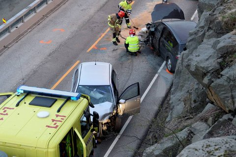Bilene har fått store materielle skader i fronten. Det er 50-sone på stedet grunnet veiarbeid. Foto: Arne Ristesund
