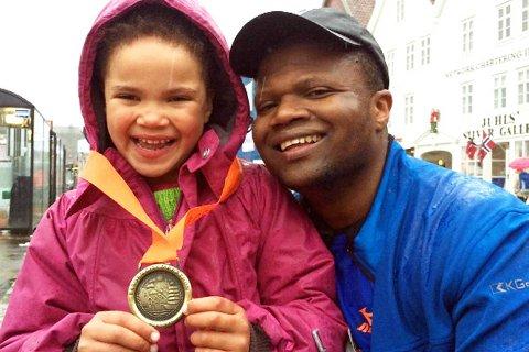 Datteren Sunniva Bøyum Nduku (6) tok imot pappa Tawanda Nduku på Bryggen. FOTO: PRIVAT