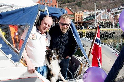 John Valsvik fra Årdal med hunden Timmy og Rune Einemo fra Lærdal har tatt turen i hver sin båt med koner og døtre til Bergen i påsken.