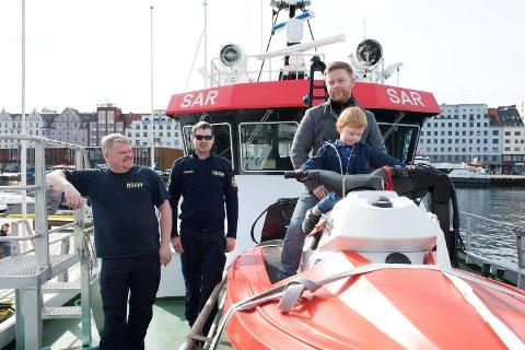 Kaptein Alfred Aastrøm og maskinsjef Kjetil Solheim på redningsskøyten Kristian Gerhard Jebsen fikk besøk av Leander (3) og Andreas Bruknapp påskeaften.
