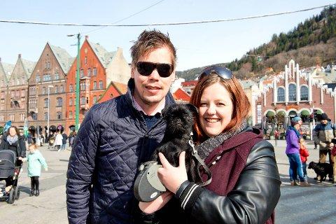 Gard Øie og Henriette Sirevaag med hennes valp Carly er nyforelskede og på besøk i Bergen fra Elverum og Stavanger.