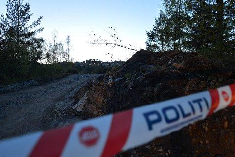 Området på Kyrkjetangen er sperret av onsdag kveld. Politiet mener hodeskallen ser ut til å være fra et menneske, men avventer svar fra Gades institutt før de gjør noe videre i saken. FOTO: VIDAR LANGELAND