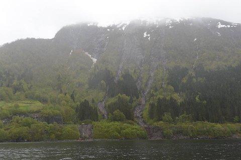 Raset har gått høyt oppe i fjellsiden, og deretter delt seg på vei ned til to ras.