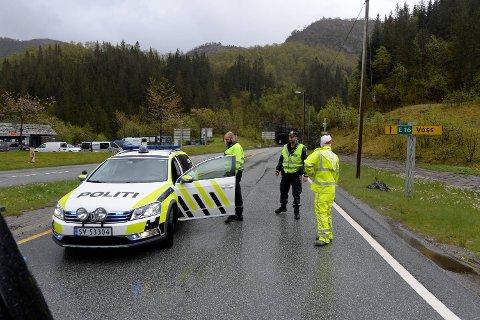 Politiet stopper folk på Trengereid. Foto: Eirik Hagesæter
