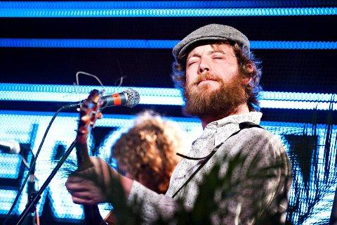 Real Ones regnes som mange som et av landets aller beste liveband. Så scenen trakterer Jørgen Sandvik en rekke instrumenter, i tillegg til å synge.