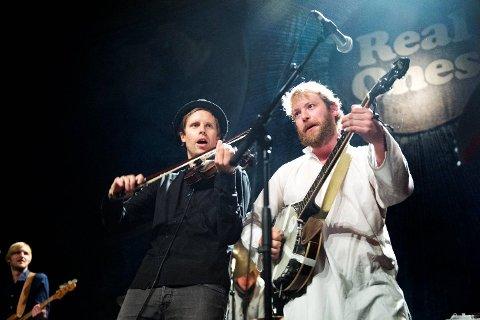 Jørgen Sandvik spiller på flere strenger, her i samspill med David Chelsom Vogt på fiolin.