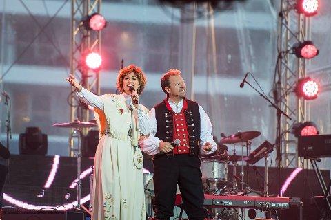 Sissel Kyrkjebø og Bjarte Hjelmeland på skipsdåpen 17.mai.
