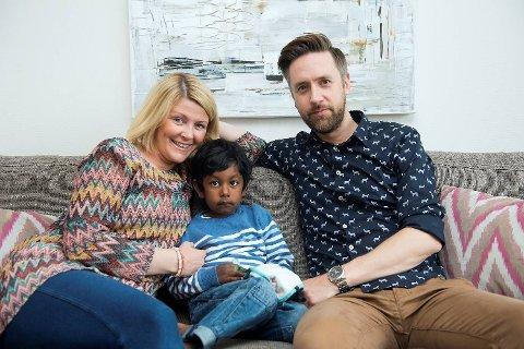 – Av en eller annen grunn har jeg alltid tenkt at jeg kom til å adoptere, sier Kristin Myhrvold Hopsdal. Her sammen med mannen Kristoffer Hopsdal og sønnen Markus (4). Paret er kjent for mange fra TV-serien Ønskebarn, og opplever  at mange gleder seg over at de fikk danne sin egen familie. – Vi ønsket oss barn og er utrolig heldige som får være foreldre for Markus. Det er synd at adopsjon skal være en så tung og lang prosess for mange, sier paret. Foto: Rune Johansen.