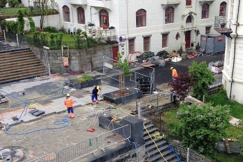 Bergensavisen har i dag mottatt flere henvendelser fra irriterte naboer av Johanneskirke-trappen. De er misfornøyde med Bydrift ikke kunne la verktøyet ligge i fred på en søndag. Dette bildet er tatt søndag ettermiddag.
