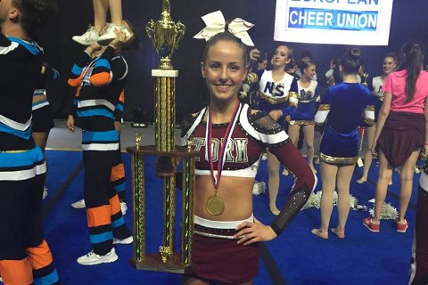 15 år gamle Anna Fuglseth ble lørdag europamester i cheerleading. Foto: privat.