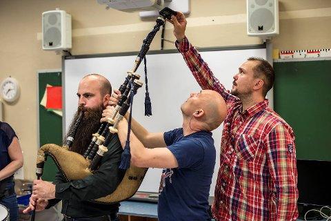 Nøyaktighet: Når Bergen Pipes and Drums øver inne, blir instrumentene for varme og ustemte. Her hjelper Roger Fulton og Michal Gosiewski lederen i bandet, Thomas De Ridder, med å stemme sekkepipen sin.