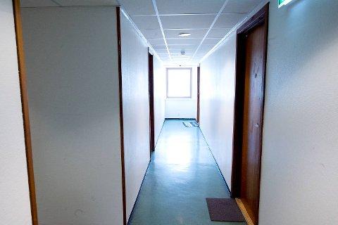 I andre etasje bor det kun kvinner. I gangene er det rolig, men bak dørene ruser mennesker seg.