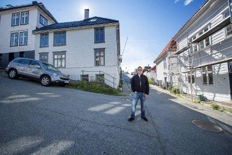 Per Ivar Kvalheim ble forbannet da han fant bilen sin smusset til av et fint lag spraymaling. – Slik maling er etsende på lakken hvis man ikke får det vekk i tide, sier han.