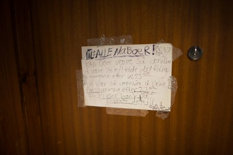 Flere av beboerne forteller at det er helt vanlig at noen banker på døren for å selge narkotika.
