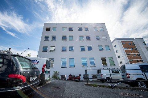 I mai 2014 flyttet «Line» og 32 andre mennesker med rusrelaterte problemer inn i den fire etasjer høye og hvite blokken like ved Danmarks plass.