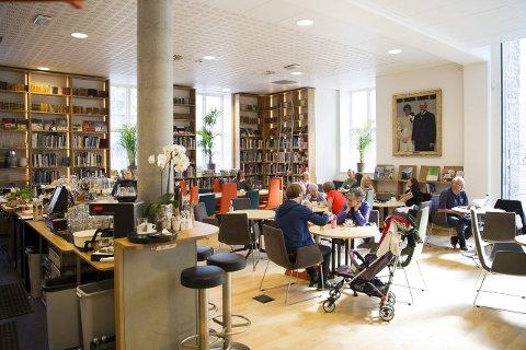 Bok & mat:   «Kafeen er krydret med en mengde solide kunstbøker. Bra! Jeg fant to enorme bøker av Rothko. Satt meg ned ved det beste bordet, det med en liten, blå sofa og to behagelige grå lenestoler», skriver BAs matanmelder.foto: Emil W. Breistein