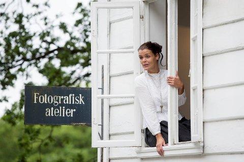 Yvonne Algrøy, her i rollen som Katinka Hagemann - den første kvinnelige fotograf fra Bergen. Hagemann startet sitt eget fotostudio i 1863 og forestillingen om henne på       ti minutter hanlder om synet på kvinner i jobb på den tiden. Besøkstallene for Gamle Bergen har steget siden i fjor, og formidler Jannicke Larsen forteller at både cruise-turister og norske besøkende finner veien hit.