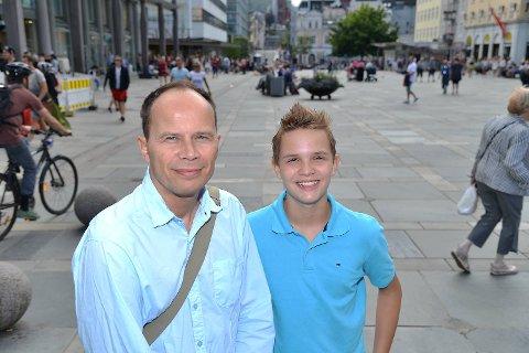 Elev Joel Ystebø (13) og lærer John Glenn Robertsen (52).