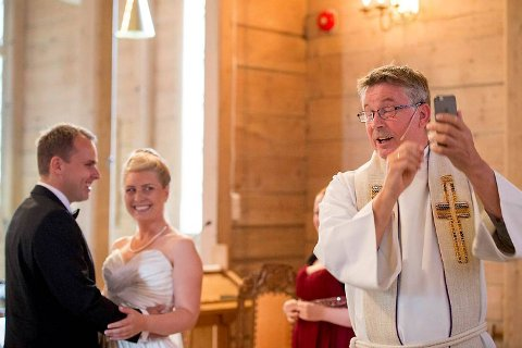 Selfie-prest Einar Ekerhovd tok bilde med brudeparet Andreas Lekven (33) og Stine Hjemdal Lekven (29) under vielsen i Os kirke.