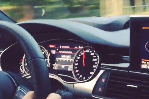 Speedometeret viser rundt 120 km/t. Foto: Skjermdump fra videoen