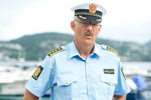 Politiinspektør Tore Salvesen ber mobberne kaste inn håndkleet og melde seg.