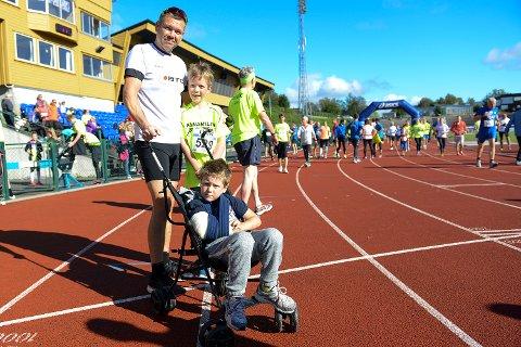 Full gass: Max Julian (5) gjorde det beste ut av situasjonen, og deltok sammen med broren Ulrik (10) og pappa Christen Skjerven.