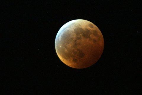 Ved total måneformørkelse farges månen rød. De røde delene av sollyset når fram til og reflekteres fra månen, selv om jorda ligger i veien. Fargenyansen avhenger av hvor mye støv det er i jordatmosfæren.
