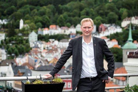 Harald Schjelderup (Ap) leder både partigallupen og popularitetsmålingen.