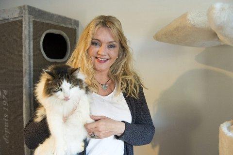 POPULÆR: Kattens Vern, her representert ved daglig leder Merethe Mikkelsen, kan juble over at de fikk nest mest av alle lag og foreninger i Hordaland i grasrotandel i fjor. – Det er mange som bryr seg veldig om kattene vi hjelper, sier Mikkelsen.FOTO: MAGNE TURØY