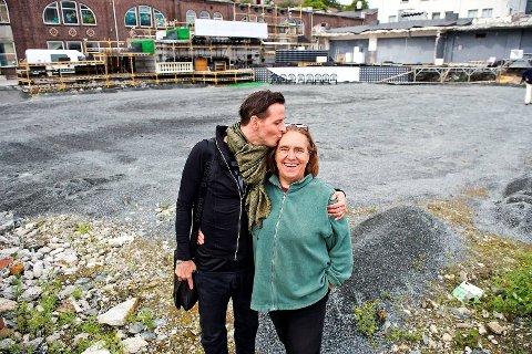 Anne Randine Øverby og regissør Rocc setter opp «Barbereren fra Sevilla» under Festspillene til sommeren. Her er Anne Randine Øverby og regissør Rocc da de satte opp La Boheme utendørs i Damsgårdsveien.