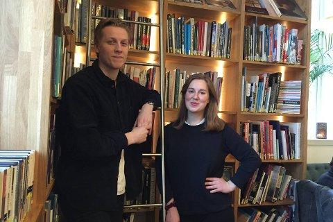 PÅ BIBLIOTEKET: Sondre Thorbjørnsen og Marie Amdam har funnet seg godt til rette på kafeen, Amalies Hage, Hovedbiblioteket.