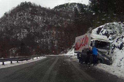 En lastebil og en bil hadde et sammenstøt ved Tombre i Fusa.
