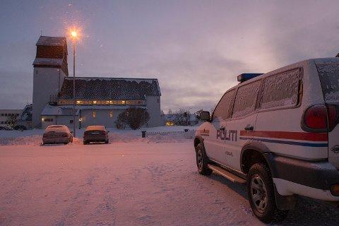 Kirken i Kirkenes hvor tre asylsøkeren nå holder tilflukt, ligger kun et steinkast unna politistasjonen i Kirkenes sentrum.