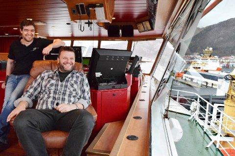 Maskinsjef Clas-Tore Frimannslund (t.v.) og kaptein Birger Olav Østbø er stolt av at «Normand Prosper» nå går på landstrøm når skipet ligger til kai. I bakgrunnen kan du se søsterskipet «Normand Ranger» som snart blir det tredje offshorefartøyet som kan koble seg til landstrøm i Bergen havn.