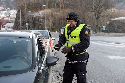 Politibetjent Stig Ottestad kontrollerer bilførere ved Bontelabo torsdag formiddag.