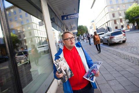 Megafon-redaktør Thomas Anthun Nielsen raser mot «Gatemagasinet Asfalt folk» (t.h.). Det ligner Gatemagasinet Asfalt, som selges i Stavanger- og Sandnes-området, men inneholder ren avskrift fra andre kilder. Ingen vet hvem som står bak.
