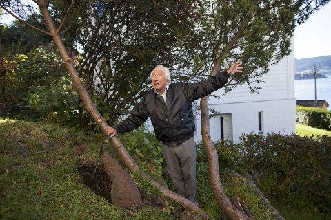 SPADD FREM: Edgar Knudsen har visst at det har ligget en bombe i hagen hans siden han flyttet inn i 1959. Nå har han fått gravd den frem. FOTO: EMIL WEATHERHEAD BREISTEIN