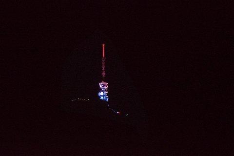 Slik så det ut på Ulriken i november i fjor da masten var farget i rødt, hvitt og blått. Fra mandag blir masten rød til ære for TV-aksjonen. ARKIVFOTO: MADS TRELLEVIK